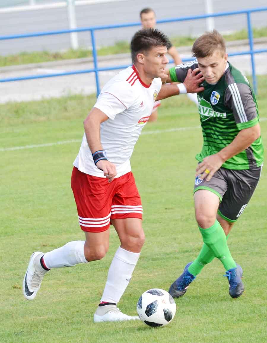 """43502f5cc1d56 """"Ťahúň"""" humenského družstva, Predrag Radovanović (vľavo), doprial tentokrát  gólovú radosť"""