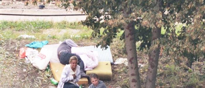 (Pravdepodobne) nikým a ničím nerušené chvíle odpočinku, deň i noc už niekoľko mesiacov, bezdomovci v tieni košatých stromov,aj v spoločnosti omamných tekutých látok,pri železničnej trati na Sídlisku IIInašli najmä počas dlhotrvajúceho leta.