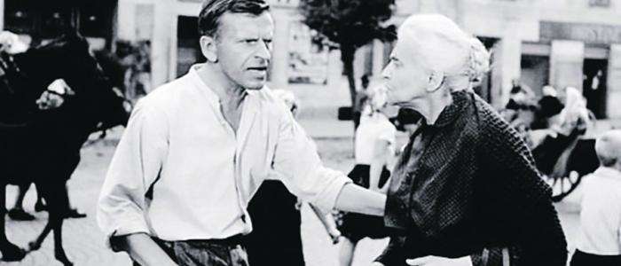 Čo sa môže stať, ak sa nepoučíme z minulosti... Záber zo slávneho filmu – Obchod na korze, v podaní Jožka Kronera a Idy Kamińskej.