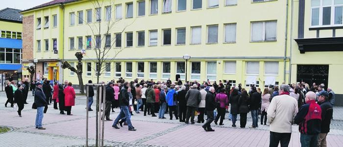 Na priečelí budovy Slovenskej pošty sú pamätné tabule slávneho filmu Obchod na korze.