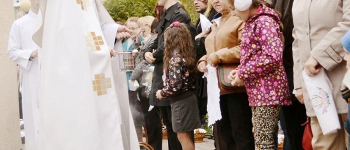 Mladý kaplán farnosti, Marián Jaklovský, so svojimi veriacimi