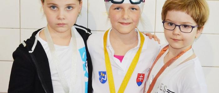 Sedemročná Noemi Daňová (uprostred) pri svojej pretekárskej premiére si za 25-m kraul zaslúžila zlatú medailu.
