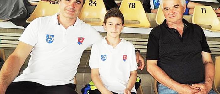 Dominik Luksaj (uprostred) v objatí a podpore svojho otca a dedka.