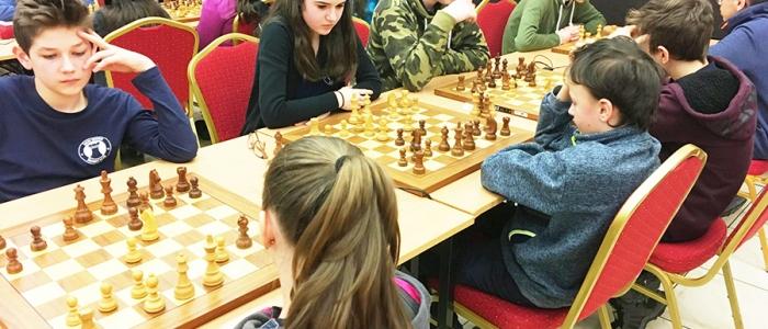 Humenské A-čko (čelom k šachovniciam) v sústredení zápasov.