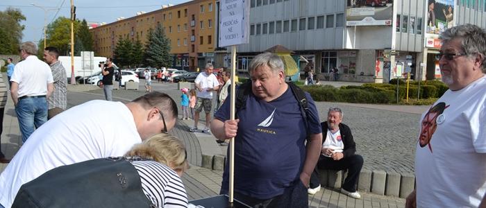 Ľudia zároveň podpisovali petíciu za referendum na predčasné voľby.