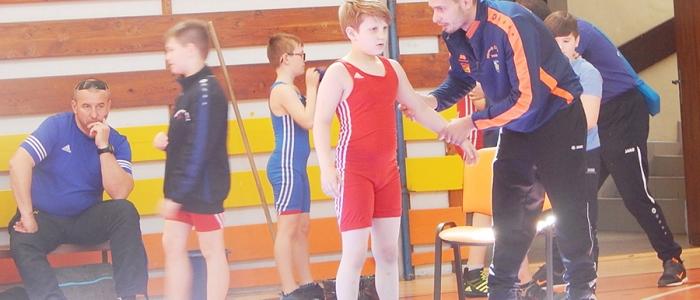 Mladý zápasník Marek Lešanič počúva rady svojho trénera Štofíka.
