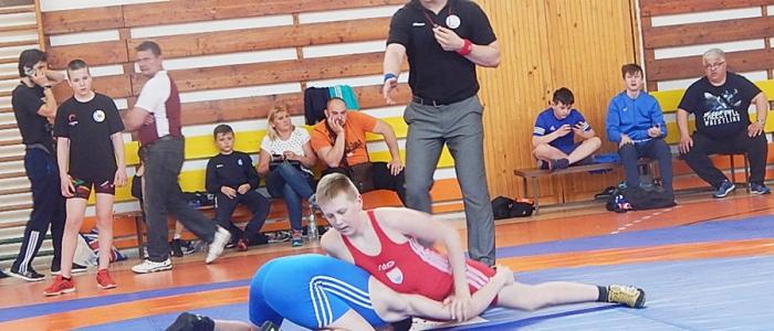 Súboj Olivera Andrejka (v modrom) so Sovíkom zo Starej Ľubovne.
