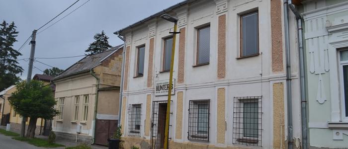 Bývalý Dom poľovníkov, ktorý sa nachádza na Lipovej ulici, plánuje mesto predať ešte pred voľbami. Podľa niektorých poslancov by sa mestský majetok nemal pred voľbami predávať.