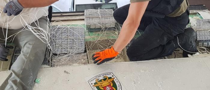 Státisíce kusov pašovaných cigariet bolo ukrytých pod strechou mraziarenského návesu.