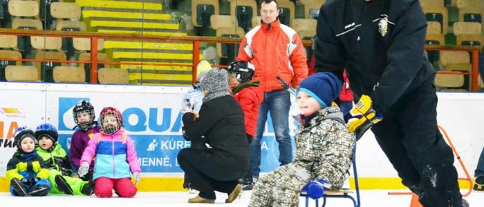 Parááááda...rýchlosť a obratnosť, to si za asistencie našich hokejistov z radov dospelých výskúšali tí najmenší, mnohí stáli na korčuliach i na ľade prvýkrát v živote. Jazda na takejto stoličke bola pre detičky obrovským zážitkom.