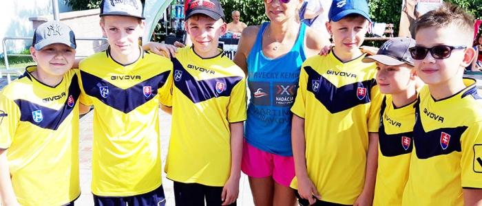 Mladí plavci z Humenného s bývalou slovenskou reprezentantkou, Martinou Moravcovou.
