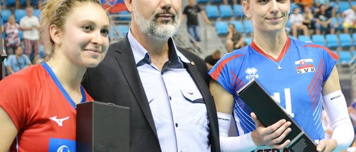 Najlepšie hráčky s prezidentom SVF, Martinom Kraščeničom. Michaela Mlajnková (ČR) a Veronika Hrončeková (SR).