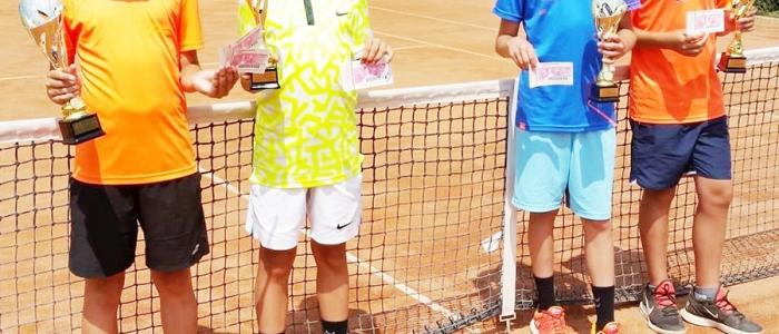 Finalisti súťaže jednotlivcov chlapcov – víťaz Jakub Kubiš (vľavo) a Timotej Jánošík (2. miesto).
