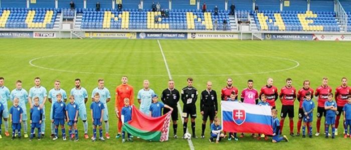 Družstvá bieloruského FC Ruch Brest (vľavo) a slovenského FK Humenné pred medzinárodným priateľským zápasom na humenskej pôde v stredu 25. septembra.