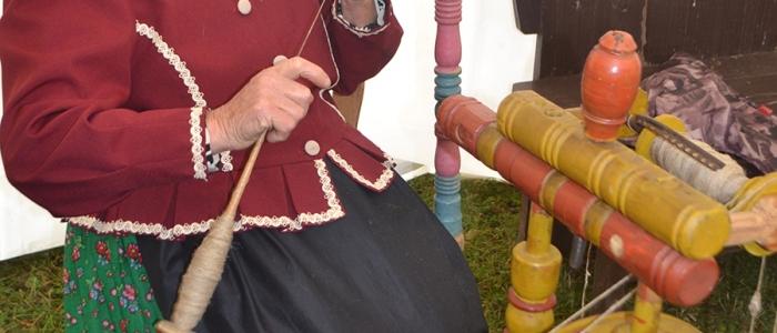 79-ročná Anna Hančariková (na snímke) a 82-ročná Paulína Kriviančinová predviedli tkanie kobercov na krosnách.