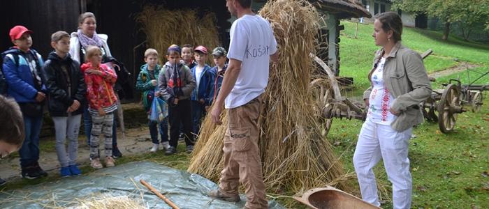 Jaroslav a Ivana Lechanoví z OZ Košiar predviedli ukážky tradičného spracovania slamy. Zároveň ukázali, ako sa z obilnín vyrába múka. Spoločne sa venujú aj hrnčiarstvu. V obci Topoľa postavili hlinenú pec na pečenie chleba a na vypaľovanie keramiky.