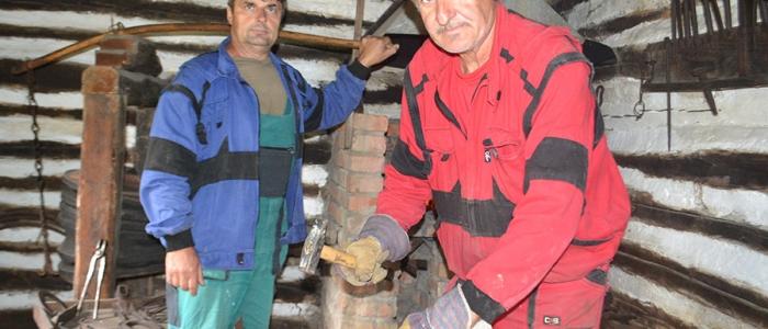 Michal Pasternák a Milan Kunco predviedli v kováčskej dielni výrobu podkov, sekier, motýk a klincov.