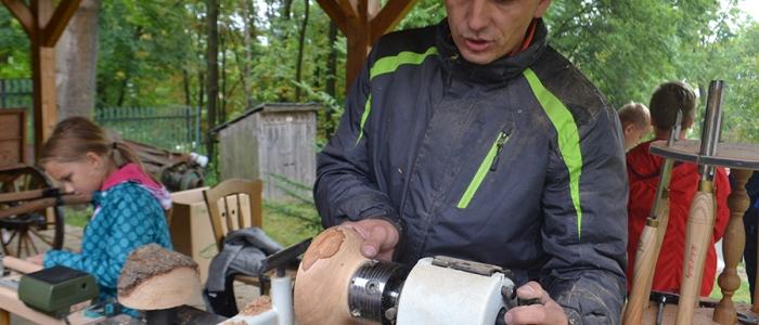Ján Fedič ukázal deťom, čo je tokárstvo-tradičná výroba točených výrobkov z dreva špeciálnymi nožmi, dlátami v rotačnom pohybe dreva súmerne podľa osi.