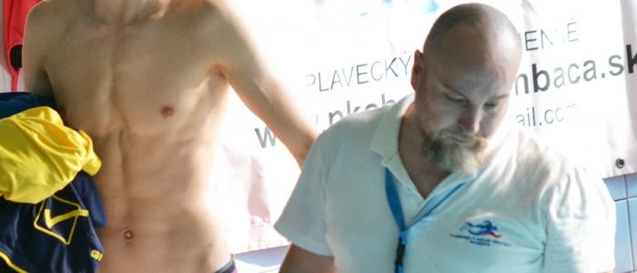 Tréner Erich Serbin v pozícii rozhodcu. Vľavo plavec domáceho klubu.