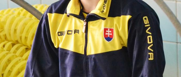 Humenská plavkyňa pred štartom jednej z plaveckých disciplín.