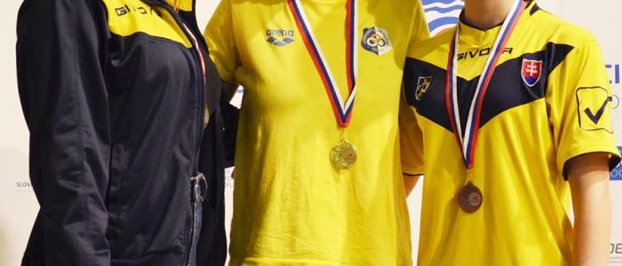 Humenské plavkyne (vľavo a vpravo) na stupni víťazov.