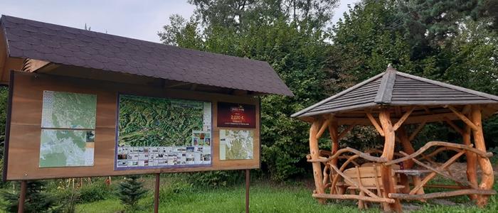 Súčasťou cyklotrasy je aj odpočinková cyklo-info zóna pre turistov, pozostávajúca z altánku s lavičkami, stolom, ohniskom, stojanom na bicykle, informačnej tabule a  smerovými tabuľami.