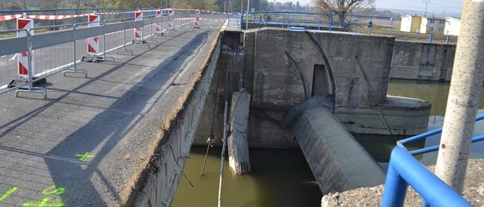 Spadnutá časť mosta v Strážskom. Kraj dal posúdiť, či je možné sprejazdniť most aspoň pre osobnú dopravu do 3,5 tony.