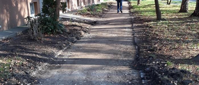 Mesto rekonštruuje aj chodník na Vihorlatskej ulici.