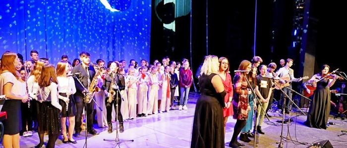 SZUŠ Via arto spolupracuje aj s mnohými základnými školami nielen mesta Humenné a organizuje výchovné koncerty pre žiakov, aktívne sa zapája aj do spoločenských a kultúrnych podujatí mesta.