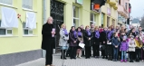Ján Mičovský, člen NOZ Príď a Poznaj, sprevádzal spomienkovú akciu slovom. Na snímke Spevácky zbor mesta Humenné a Detský spevácky zbor Lienka.