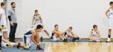 Mladí humenskí basketbalisti sledujú posledné minúty zápasu mužov. Odohrali tiež stretnutie s Košičanmi, svojimi rovesníkmi.