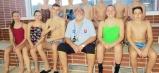 Tréner Marián Tomahogh so svojou skupinou starších plavcov klubu Chemes Humenné.