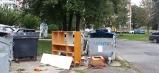 Stavebný odpad a starý nábytok končia často namiesto skládky pohodené pod bytovkami pri kontajneroch.